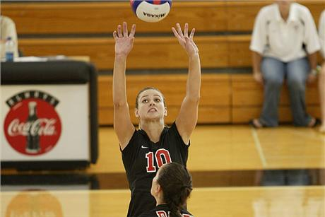 Volleyball Tops Chargers to Open Tourney