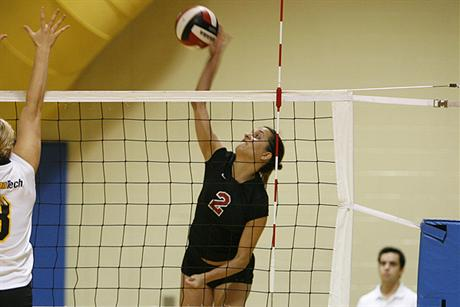 Volleyball Outlasts Tritons For First SSC Win